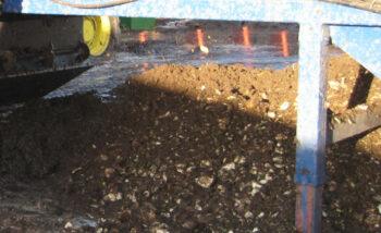 Jord fjernes let med gummiged som retur gods